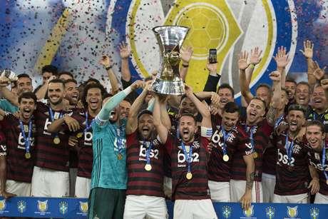 Flamengo levanta a taça de campeão brasileiro.