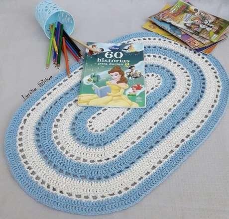 56. Tapete de crochê oval azul e branco. Fonte: Pinterest