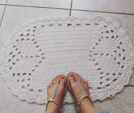 2. Utilize o tapete de crochê oval em locais com piso frio. Fonte: Eliza Buzzetti