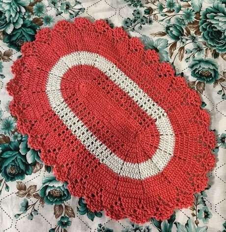 67. Tapete de crochê oval vermelho e branco. Fonte: Heloisa Crochê
