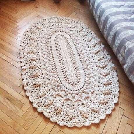 76. Os tapetes de crochê ovais mais fofinhos são ótimos para ficar ao lado da cama. Fonte: Pinterest