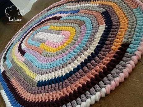 73. O tapete de crochê oval colorido é lindo e super tradicional. Fonte: Pinterest