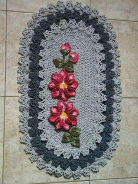 19. Flores rosas dando cor ao tapete escuro. Fonte: Pinterest