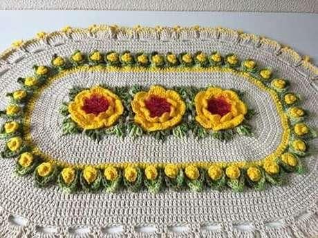 13. Tapete de crochê oval com flores amarelas grandes e pequenas. Fonte: Pinterest