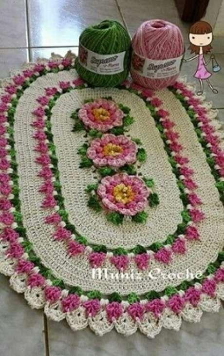 20. Os tons de rosa são muito usados nos tapetes de crochê com flores. Fonte: Pinterest