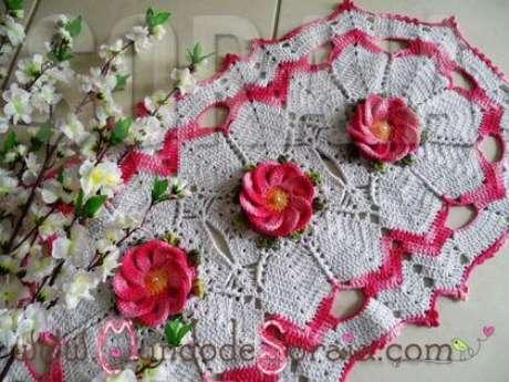 27. Tapete branco de crochê com flores rosas. Fonte: Pinterest