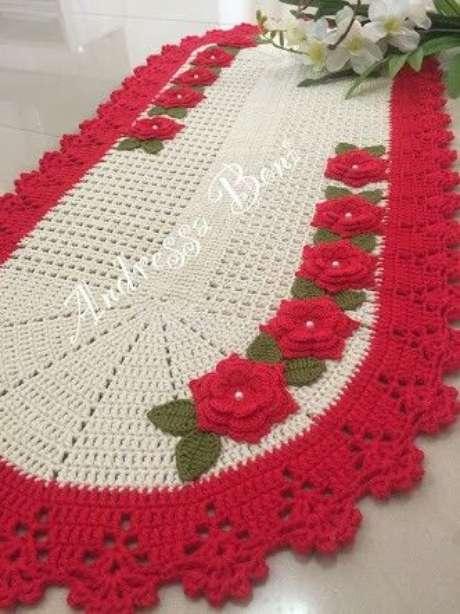 17. Tapete de crochê oval com flor e borda vermelha. Fonte: Pinterest