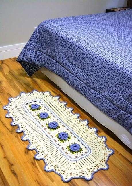 7. Tapete de crochê oval combinando com a estampa da roupa de cama. Fonte: Pinterest