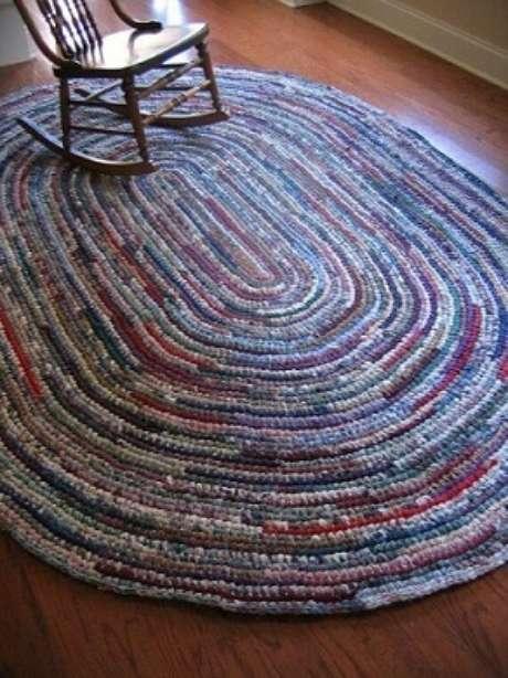 75. Os tipos de tapete de crochê oval grandes ficam ótimos na sala. Fonte: Pinterest