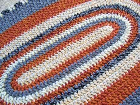 38. Tapete de crochê em tons de laranja, branco e azul. Fonte: Pinterest