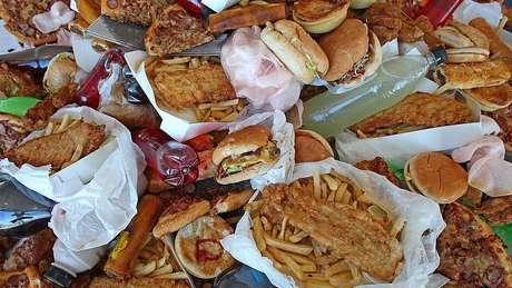 O preço mais baixo de alimentos que não são saudáveis está associado a um risco maior de obesidade para os mais pobres