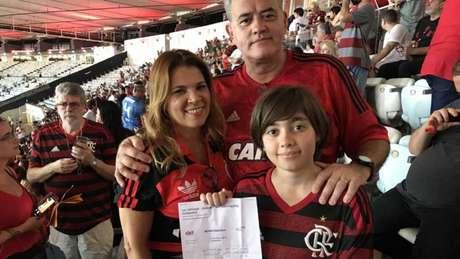 Eliana, Duílio e Arthur: surpresa e emoção antes de Flamengo x Ceará (Foto: Lazlo Dalfovo/Lancepress!)