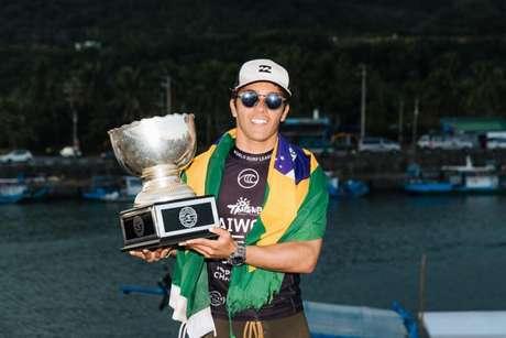 Lucas Vicente conquista troféu no surfe (Foto: WSL/ Divulgação)