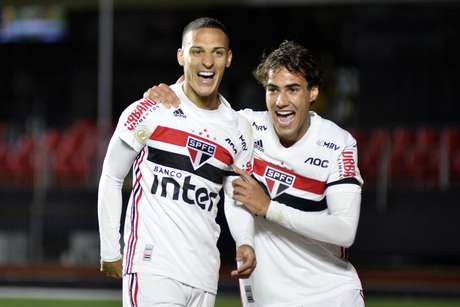 Antony (esquerda) marcou o gol da vitória.