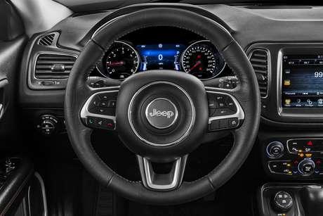 O interior é excelente em termos de ergonomia e posição de dirigir.