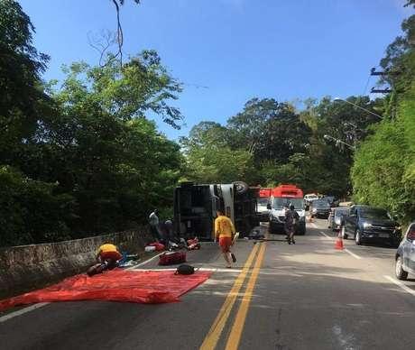 Capotamento de ônibus de adolescentes deixou um morto e dezenas de feridos; acidente foi em São Sebastião, no litoral paulista