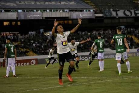 A vitória sobre o Guarani e o tropeço do Atlético-GO, deixaram o time mineiro precisando vencer o já rebaixado São Bento para subir 1á Série A-(Mourão Panda/América-MG)