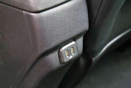 Há duas tomadas USB para os ocupantes do banco traseiro.
