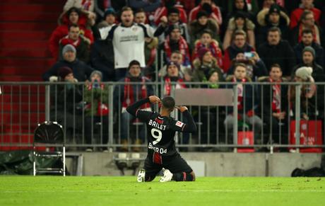 Bailey foi o herói da vitória do Leverkusen (Foto: Reprodução/Twitter)