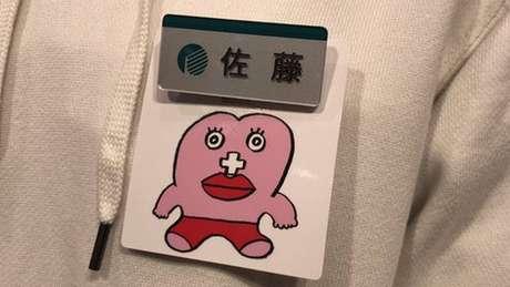 Uma loja japonesa deu a suas funcionárias a opção de usar uma etiqueta que identifica quando estão menstruadas. Mas a ideia gerou polêmica