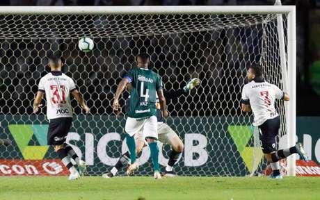 Henríquez cometeu erro fatal contra o Goiás e também falhou contra o São Paulo (Foto: Marcelo de Jesus/Raw Image)
