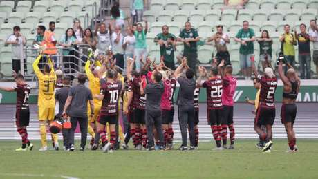 Jogadores do Flamengo aplaudem em direção a setor onde ficaria a torcida (Julio Zerbatto/ Julio Zerbatto/MyPhoto Press/Lancepress!)