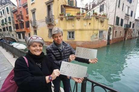 Eleitoras posam com cédula de votação de referendo para emancipação de Mestre, em Veneza