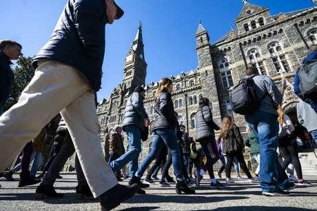 Milhares de estudantes estrangeiros chegam todos os anos a universidades americanas