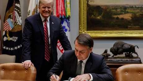 Em foto de março de 2018, Bolsonaro assina livro de visitas da Casa Branca