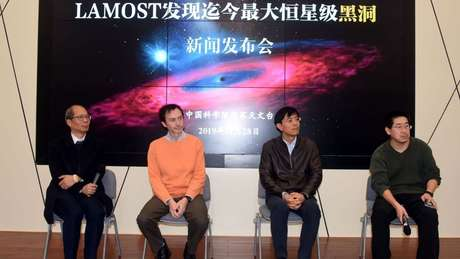 Pesquisadores que contribuíram para a publicação científica respondem a perguntas na apresentação da descoberta no Observatório Astronômico Chinês.