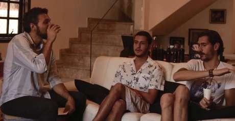 Em seu canal, o professor Axé Silva(à esquerda)aborda os temas de sala de aula, como a tragédia de Brumadinho, com a ajuda de convidados