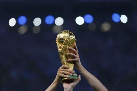 Jogadores da Alemanha erguem taça da Copa do Mundo após a final contra Argentina no Maracanã 13/07/2014 REUTERS/Damir Sagolj