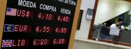 Cotações de dólar turismo. 24/09/2015. REUTERS/Nacho Doce