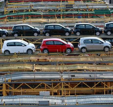 Caminhão-cegonha carregado com carros 0 km da Volkswagen em São Bernardo do Campo (SP)  29/04/2014 REUTERS/Paulo Whitaker