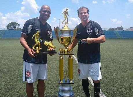 Ex-atacantes com o troféu (Foto: Divulgação)