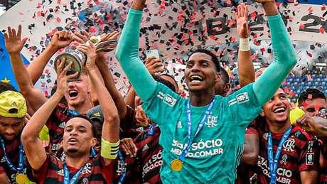 Hugo Souza comemora o título sub-20 do Flamengo sobre o Palmeiras (Foto: Marcelo Cortes / Flamengo)