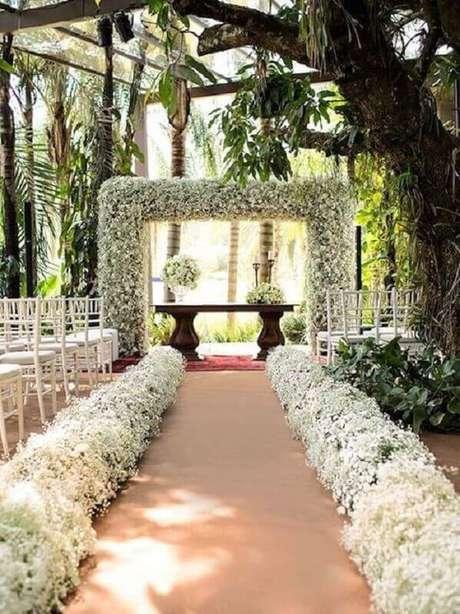 14. Arco de flores para cerimônia de casamento ao ar livre – Foto: Bodas Weddings