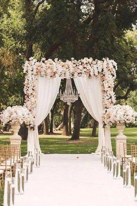 15. Lindo arco de flores para cerimônia de casamento com lustre de cristal – Foto: Wedding Ideas