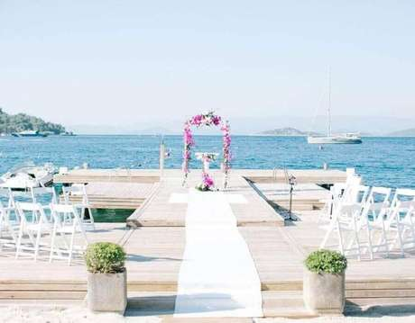 16. Decoração simples com arco de flores para cerimônia de casamento – Foto: Pinterest