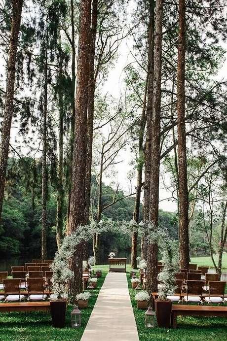 4. Invista em um arco de flores para colocar um toque especial na sua decoração de cerimônia de casamento – Foto: Casório à Vista