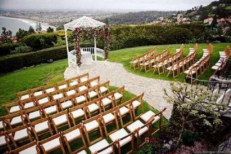 18. Decoração com arco de flores para cerimônia de casamento no campo – Foto: Pinterest