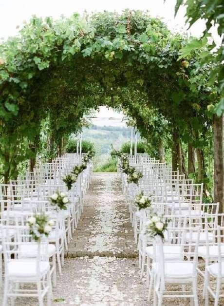 11. Arco de folhagens para decoração de cerimônia de casamento com flores brancas – Foto: B.Loved