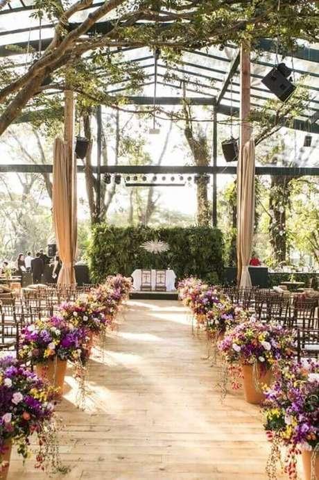 20. Arranjo com flores do campo para decoração rústica de cerimônia de casamento – Foto: Constance Zahn