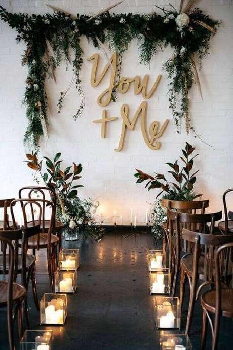 21. Decoração com velas e folhagens para cerimônia de casamento simples – Foto: My Sweet Engagement