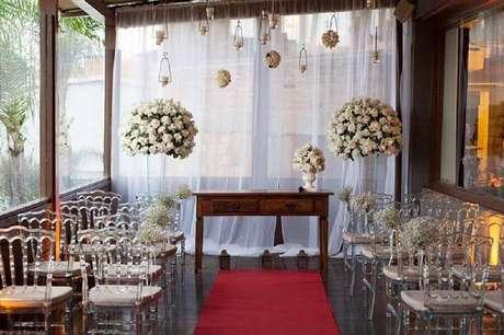 22. Arranjo de flores brancas para decoração de cerimônia de casamento simples – Foto: Casa e Jardim Decor
