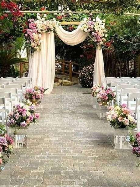 24. Delicada decoração com arranjo de flores para cerimônia de casamento rústica – Foto: Pinterest