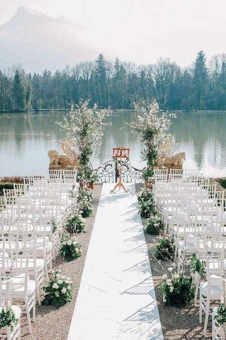 25. Valorize a vista para compor a sua decoração de cerimônia de casamento ao ar livre – Foto: Style me Pretty