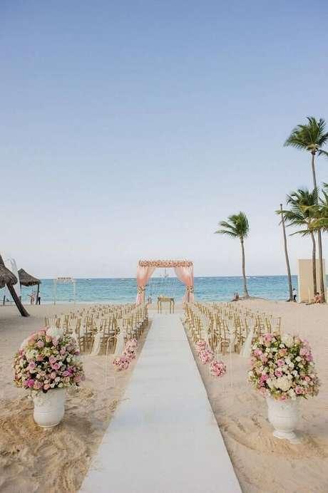 26. Decoração simples com flores em tons de rosa para cerimônia de casamento ao ar livre – Foto: Wedding Ideas