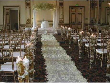 27. Caminho com pétalas de flores brancas para decoração de cerimônia de casamento simples – Foto: Wedding Decoration