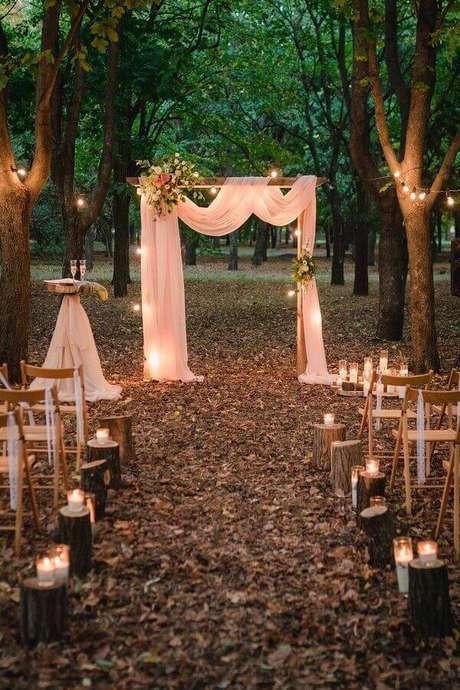 30. Use velas para a decoração de cerimônia de casamento ao ar livre de noite – Foto: Etsy